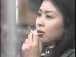 清楚なイメージなのに・・タバコを吸って ...